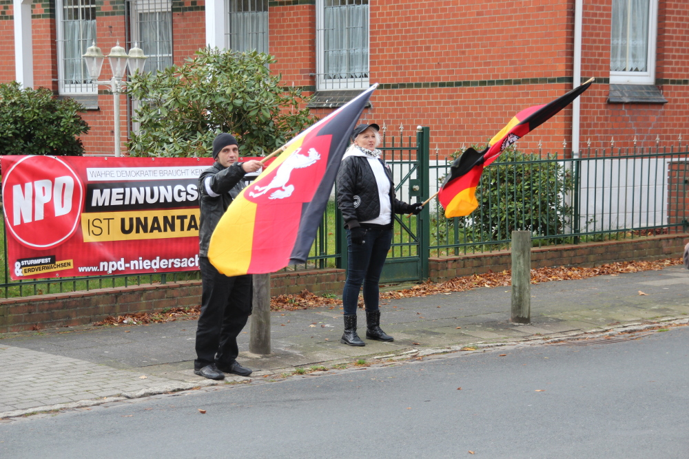 NPD-Wahlkampf im Landkreis Stade: Kandidat Andreas Haack (links)