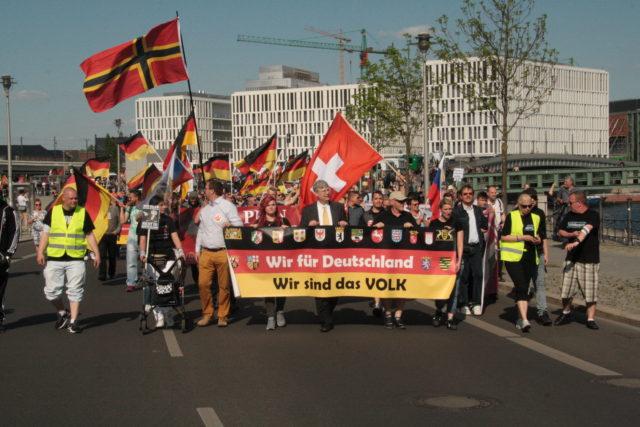 """Manfred Rouhs (Mitte) und Enrico Stubbe (rechts) von Pro Deutschland auf der """"Merkel muss weg""""-Demonstration am 7. Mai 2016 in Berlin Mitte."""