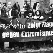 »Antiextremistische« Frei.Wild-Fans bei einer Inszenierung am Rande der Echo-Verleihung am  21. März 2013 in Berlin.